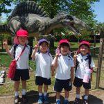 恐竜の前で記念撮影